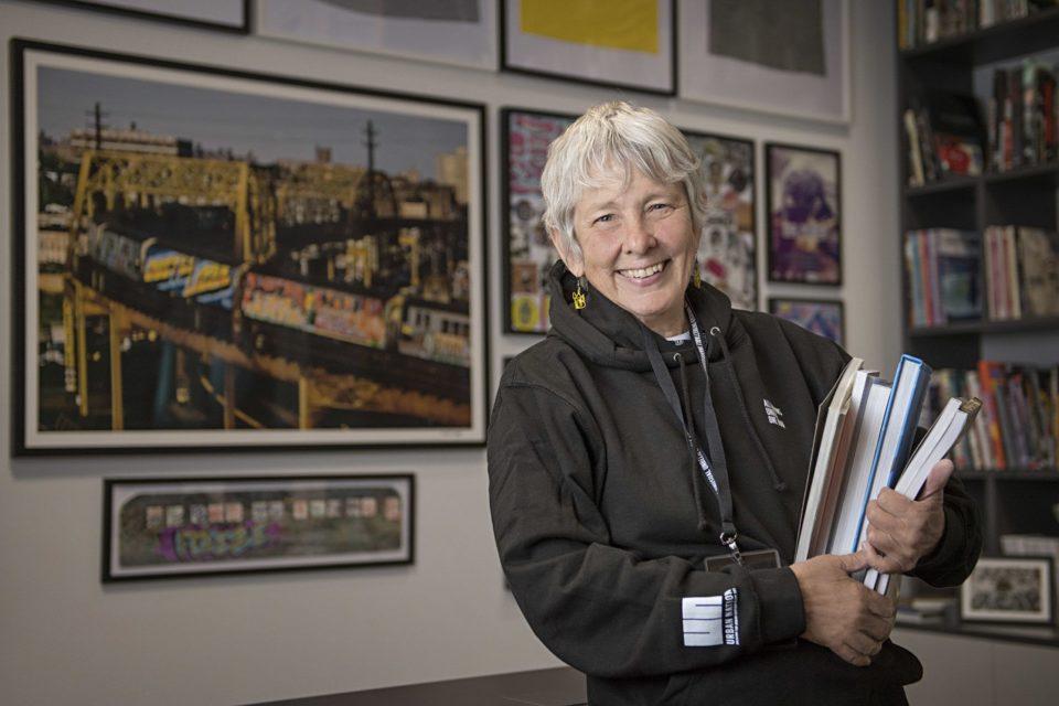 Martha Cooper im Ausstellungsraum der Bibliothek im URBAN NATION Museum.