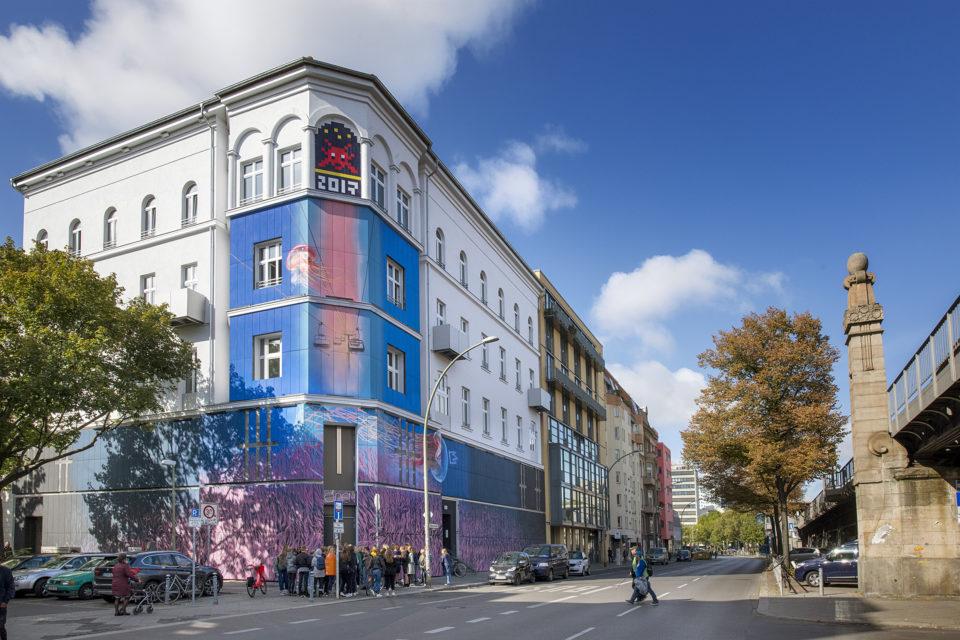 Fassade des Urban Nation Museum Dima Rebus