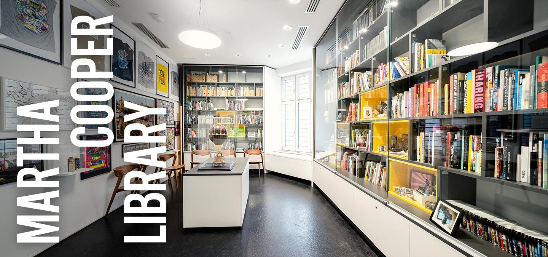 Blick in den Ausstellungsraum der Martha Cooper Library.