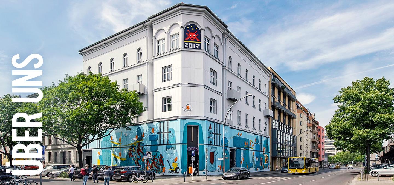 Außenansicht des Urban Nation Museums mit der von Dave the Chimp gestalteten Fassade.
