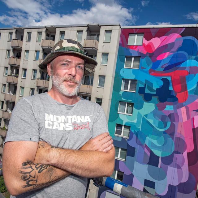 Künstler Stohed vor Wandbild